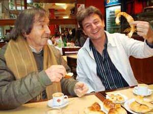 Carlitos Balá haciendo reír (como siempre) a uno de sus seguidores de primera fila, Rubén Carreras, de Cañada de Gómez, Santa Fe, Argentina. Y van y me muestran esas medialunaaassss  noooo que me dieron ganas de comerlas.