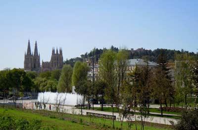 Instalaciones del Museo de la Evolución Humana, en la ciudad de Burgos (con su famosa Catedral del Cid Campeador al fondo), en Castilla León, España