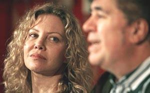 """Cecilia Roth, la actriz argentina, observa a Pedro Almodóvar en una conferencia de prensa para presentar su proyecto, ya pelìcula, """"Los amantes pasajeros"""""""