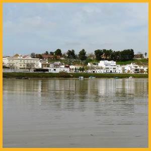 Vista del río Guadalquivir a su paso por Coria del Río, Provincia de Sevilla, España. Allí atracó el barco de la delegación de Sengai, Japón, en 1614