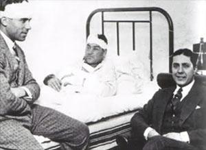 Tras la batalla futbolística, Samitier, Platko y Carlos Gardel. Foto publicada en muchos medios y extraída de http://gardel-es.blogspot.com