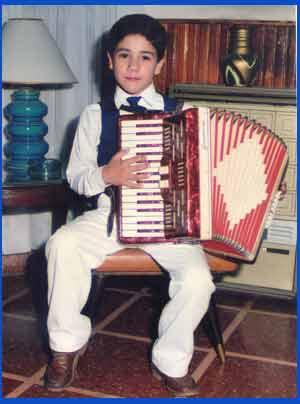 Juanjo Velardo, cantante de ópera y tango en su Pergamino natal, provincia de Buenos Aires, Argentina, cuando tocaba el acordeón a piano