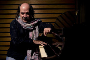 Litto Nebbia, uno de los grandes de la música argentina, nacido en Rosario. Pianista, cantante, autor, compositor, productor y alma mater del Sello Discográfico Melopea, Buenos Aires, Argentina