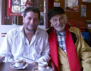 Lois Pérez Leira en una popular cafetería de Vigo, con el actor argentino Héctor Alterio