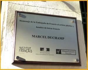 Placa recordatoria emplazada en la calle Alsina de Buenos Aires, Argentina, donde vivió entre 1818 y 1819 Marcel Duchamp