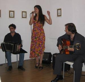 Mariel Martínez, cantante argentina de tango, realizando temas de su CD Perfume de Tango, editado por el Sello Melopea. La acompañan Fernando Giardini en Bandoneón y Alejandro Picciano en guitarra.