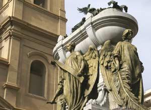 En primer plano, el Mausoleo donde yacen los restos del General Manuel Belgrano. Al fondo, la Iglesia de Nuestra Señora del Rosario de los Padres Dominicos, Buenos Aires, Argentina