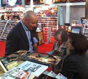 """Nicola Viceconti, escritor italiano, firmando libros de su novela """"Dos veces sombra"""" en la Feria del Libro de la Ciudad de Buenos Aires, Argentina, edición 2011"""