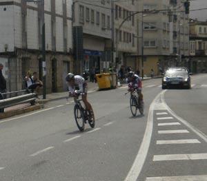 Dos corredores, el uno restándole los dos minutos que los separaron en la largada, recorriendo las calles de Poio, Pontevedra, Galicia, España