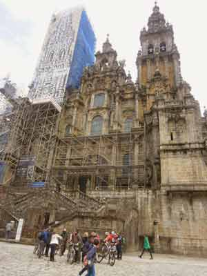 Vista del frente principal, con la Puerta de la Gloria, de la Catedral de Santiago Apóstol, en Compostela, A Coruña, Galicia, España. Desde Plaza del Obradoiro