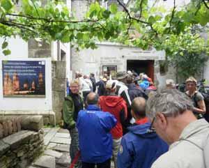 Fila de peregrinos llegados por los distintos trayectos del Camino de Santiago, en Compostela, España, esperando certificar su recorrido