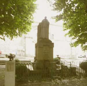 Monumento a Rosalía de Castro, junto al río Sar y la Iglesia de Santiago, en Padrón, A Coruña, Galicia, España, erigida por las asociaciones gallegas de Uruguay