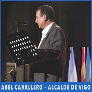El Alcalde de Vigo, Abel Caballero, diriéndose al público presente en el Festival de Argentina en Auditorio de Teis, Vigo, Julio 2017