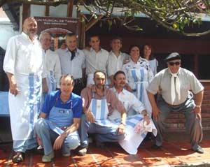 Componentes de la Asociación de Residentes Argentinos en la sede propia de ADRA, en Quito, Ecuador