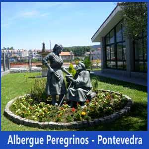 Estatuas junto al Albergue del Peregrino, en Pontevedra. La galleguiña da de comer a Santiago Apóstol