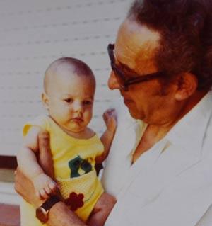 El maestro del tango Alberto Caracciolo con su nieto, Alberto Miranda Caracciolo, en Buenos Aires, Argentina