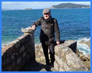 Eduardo Aldiser dela revista Argentina Mundo, recorriendo el contorno de la Fortaleza de Moterreal, Baiona / Bayona, Provincia de Pontevedra, Galicia, España