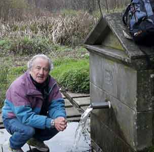 El locutor argentino Eduardo Aldiser, que reside en Pontevedra, junto a una de las fuentes donde se aprovisionó de agua en el Camino Portugués de Santiago, entre Tuy y Compostela, mayo 2014