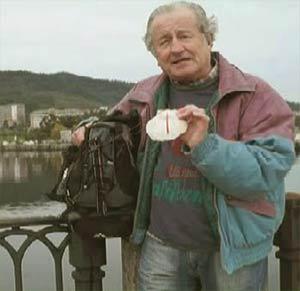Eduardo Aldiser, periodista y locutor argentino, mostrando el emblema del Camino de Santiago cuando cruza el Puente del Burgo en Pontevedra, mientras peregrina hacia Santiago de Compostela, Mayo 2014