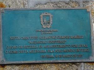 Placa recordatoria en la casa donde nació el inventor del futbolín, el metegol como se llama en Argentina, Alejandro Campos Ramírez, conocido como Alejandro de Finisterra