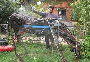 """Alejandro Marmo, escultor argentino, dando los toques finales a una de sus obras de la serie """"Arte en las fábricas"""""""