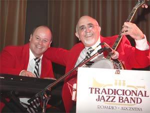 El maestro Gabriel Alustiza junto al fotógrafo y músico rosarino Raúl Bambi García, integrando ambos la Tradicional Jazz Band