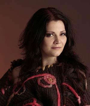 Anabella Zoch, cantante argentina. Inició su carrera en folklore y ha incursionado con mucho éxito en el tango argentino