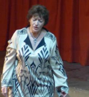 """La cantante española Ángeles Ruibal interprentando """"El árbol que tu olvidaste"""" durante la presentación del libro Hombres y caminos. Yupanqui, afiliado comunista"""