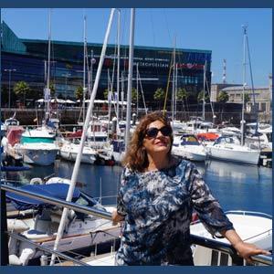 La cantante gallega Angeles Ruibal con el puerto de Vigo de fondo. Interpreta el poema de la viguesa María do Carme Kruckenberg, Ría e mar de Vigo, al que puso la música y está en su disco Acóchate en min