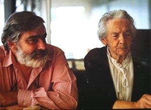 Antonio Abreu Franco, vigués, junto a su madre, María Franco, en la empresa familiar dedicada a la importación y exportación de carnes, en la Zona Franca del Puerto de Vigo, España
