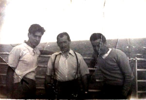 Antonio Abreu Franco, el primero por la izquierda, con otros dos vigueses, en alta mar, viajando a la Argentina en 1953 en el Costa Felice