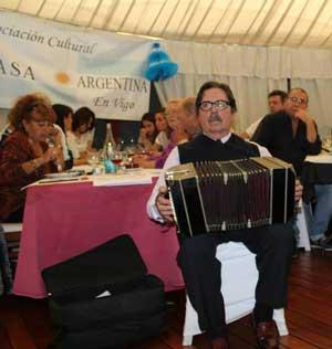 Antonio Pedrafita Nieto, nacido en Buenos Aires, Argentina, actuando en la fiesta del Día de la Patria de la Asociación Cultural Argentina en Vigo