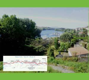 Vista de Tuy o Tui, provincia de Pontevedra, Galicia, España, saliendo hacia Porriño por el sendero del Camino Portugués de Santiago. Al fondo el río Miño y en la otra costa, Portugal
