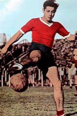 El paraguayo Arsenio Erico durante un partido de futbol en Argentina, defendiendo los colores del Club Atlético Independiente de Avellaneda
