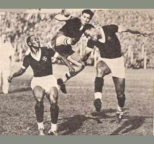 Arsenio Erico jugando para la Selección de Paraguay, su país de origen