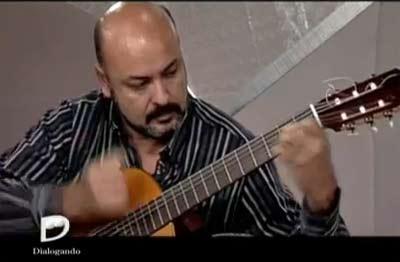 Arturo Zeballos, guitarrista de Pergamino, Argentina, que ha transcripto en partituras para solo de guitarra los temas creados o adpatados por Atahualpa Yupanqui