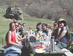 Grupo de argentinos que pertenecen a la Asociación Cultural Argentina La Querencia, en una reunión de camaradería en el Principado de Andorra