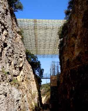 Instalaciones y coberturas sobre una de las zonas de investigación en el Yacimiento Arqueológico de Atapuerca, Burgos, España