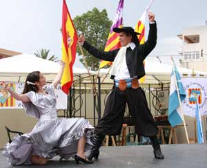 Baile folklórico argentino presentado por la Casa Regional de Corrientes en Baleares, España