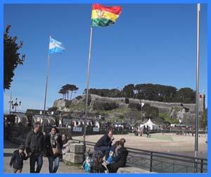 La bandera de la República Argentina iniciando la presencia de emblemas iberoamericanos en la Avenida de Monterreal, Baiona / Bayona, España, durante la celebración de la Fiesta de la Arribada 2016