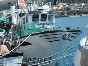 Un barco pesquero registrado en Camariñas, puerto cercano a Finisterre, ambos en A Coruña, Galicia, España. El nombre homenajea a Argentina