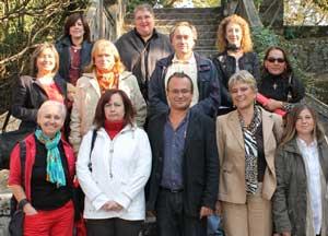 La organizadora argentina de eventos culturales Georgina Bortolotto, segunda por la derecha en la primera fila, durante un evento literario en la Isla San Simón, Galicia, España