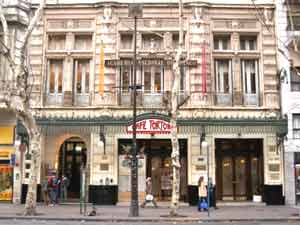 Fachada del Café Tortoni y la entrada de la Academia Nacional del Tango en la Avenida de Mayo, Buenos Aires, Argentina