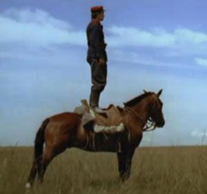Típica imagen de un soldado fortinero de la pampa argentina oteando el horizonte. Fotograma del filme El Camino del Gaucho