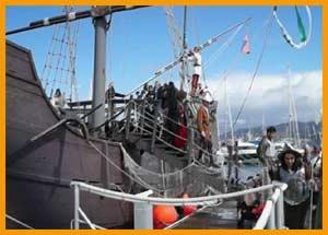 """Aspecto de la réplica de la carabela La Pinta, en el puerto de Baiona / Bayona, Provincia de Pontevedra, Galicia, España, recordando su llegada como """"La Arribada"""" el 1 de marzo de 1493"""