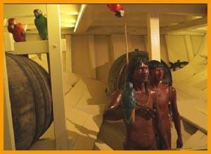 Vista de la bodega de la réplica de la Carabela La Pinta, en el puerto de Baiona / Bayona, España- Esculturas de dos indígenas que viajaron desde Las Indias  y fueron desembarcados en este puerto el 1 de marzo de 1493