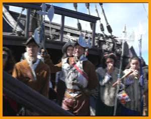 Visitantes de Compostela vestidos a la usanza del Siglo XV, con las indumentarias de la tripulación de los barcos de Castilla al descubrir, conquistar y colonizar América. Puerto de Baiona / Bayona - Réplica de la carabela La Pinta