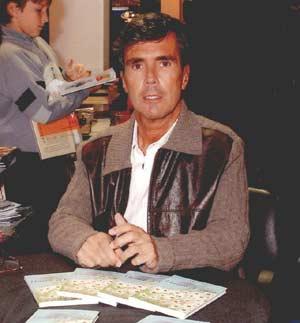 El poeta Carlos Casellas durante la presentación de uno de sus libros en Buenos Aires, Argentina