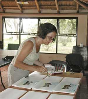 La artista plástica argentina Carmen Silvia Buteler trabajando en su casa taller de Falda del Carmen