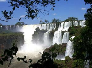 Las cataratas de Iguazú, en el extremo noreste de la provincia de Misiones y de Argentina, compartidas con Brasil